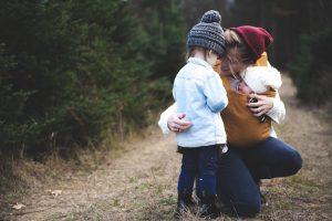 Mutter mit Kind und Baby in der Trage