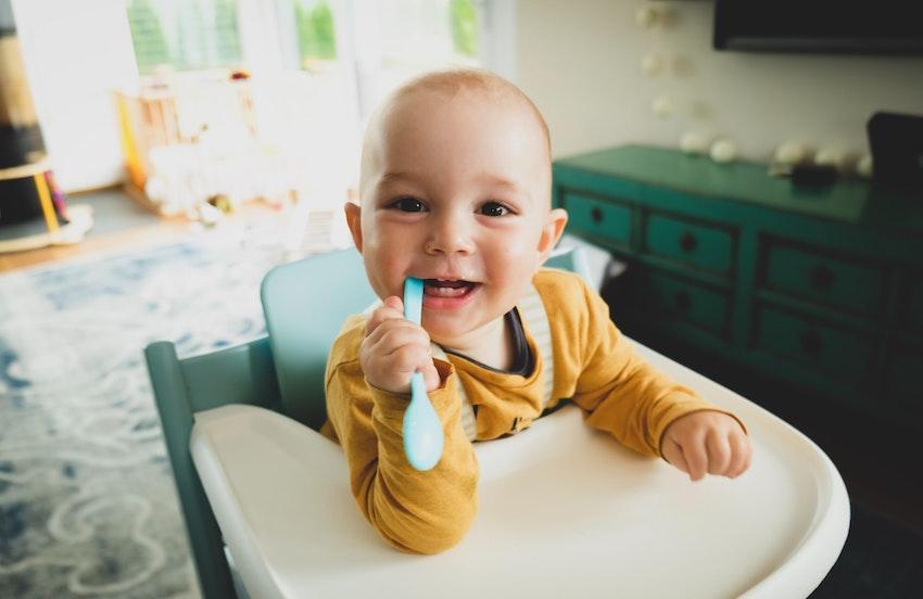 Baby beißt in Zahnbürste - Zähne - Beißen